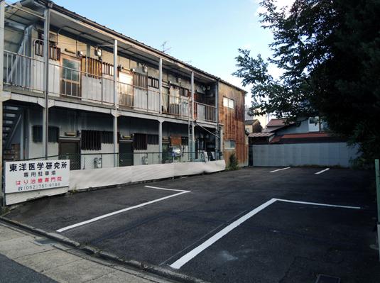 西側アパートを挟んで駐車場がございます。